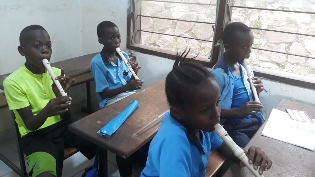 Gruppo musicale «KOKO MBILA CAVANIS» Scuola M.A.C. (Maison d'Accueil Cavanis) Kinshasa (Repubblica Democratica del Congo).